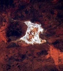 la-terre-vue-de-l-iss-une-eclaboussure-de-sel-blanc-sur-le-fond-rouge-des-terres-australiennes_59433_w460 (2)