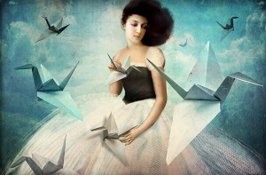 Mujer-con-pájaros-de-papel