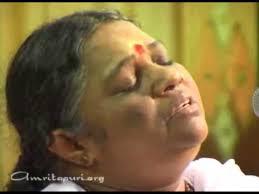 AMMA cantando %22Lokah Samastah Sukhino Bhavantu%22