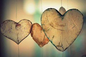 corazones-de-madera-colgando